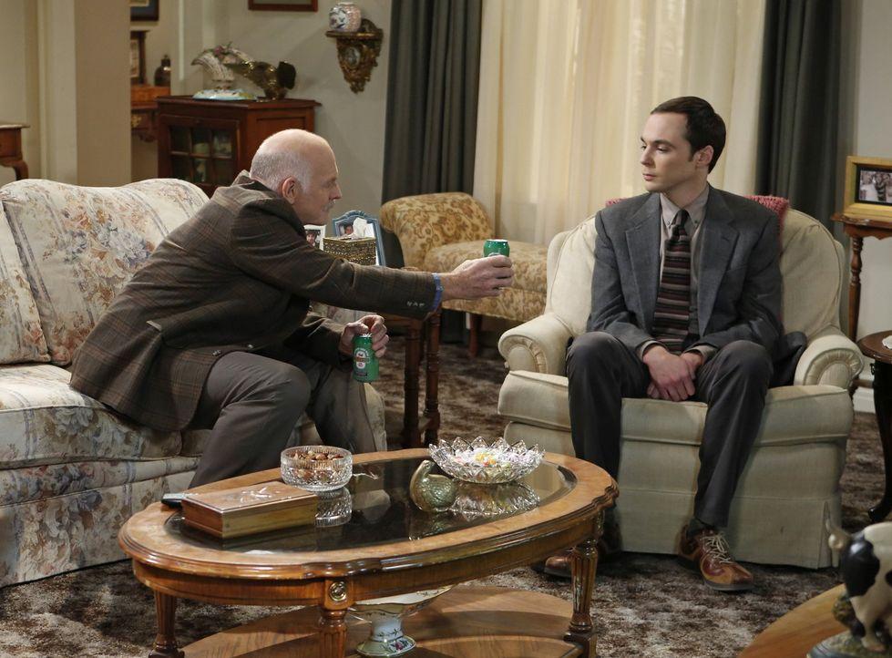 Verstehen sich prächtig: Sheldon (Jim Parsons, r.) und Mr. Rostenkowski (Casey Sander, l.) ... - Bildquelle: Warner Brothers Entertainment Inc.