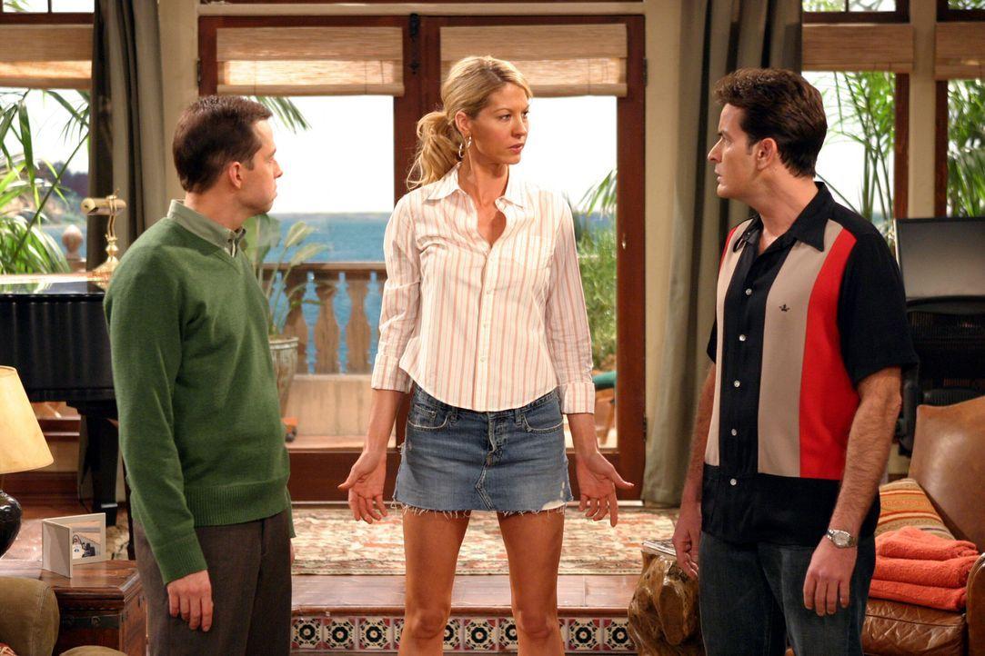 In einer Tiefgarage treffen Charlie (Charlie Sheen, r.) und Alan (Jon Cryer, l.) auf die psychisch labile Frankie (Jenna Elfman, M.), die gerade mit... - Bildquelle: Warner Brothers Entertainment Inc.
