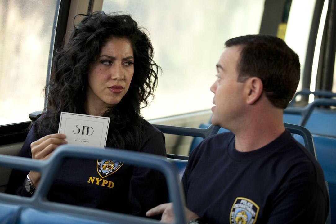 Rosa Diaz (Stephanie Beatriz, l.); Charles Boyle (Joe Lo Truglio, r.) - Bildquelle: John Fleenor 2013 NBC Studios LLC. All Rights Reserved. / John Fleenor