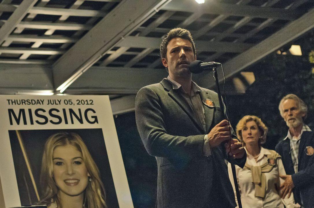 Können Amys Eltern (Lisa Barnes, M., David Clennon, r.) ihrem Schwiegersohn Nick (Ben Affleck, l.) Glauben schenken, dass er, obwohl er sich dauernd... - Bildquelle: 2014 Twentieth Century Fox Film Corporation.  All rights reserved.