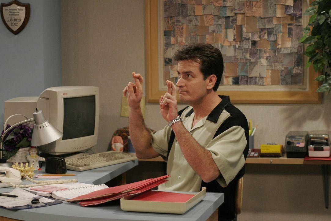 Während Alan in der Schule ist um zu verhindern, dass Jake von der Schule fliegt, übernimmt Charlie (Charlie Sheen) den Telefondienst in dessen ch... - Bildquelle: Warner Brothers Entertainment Inc.