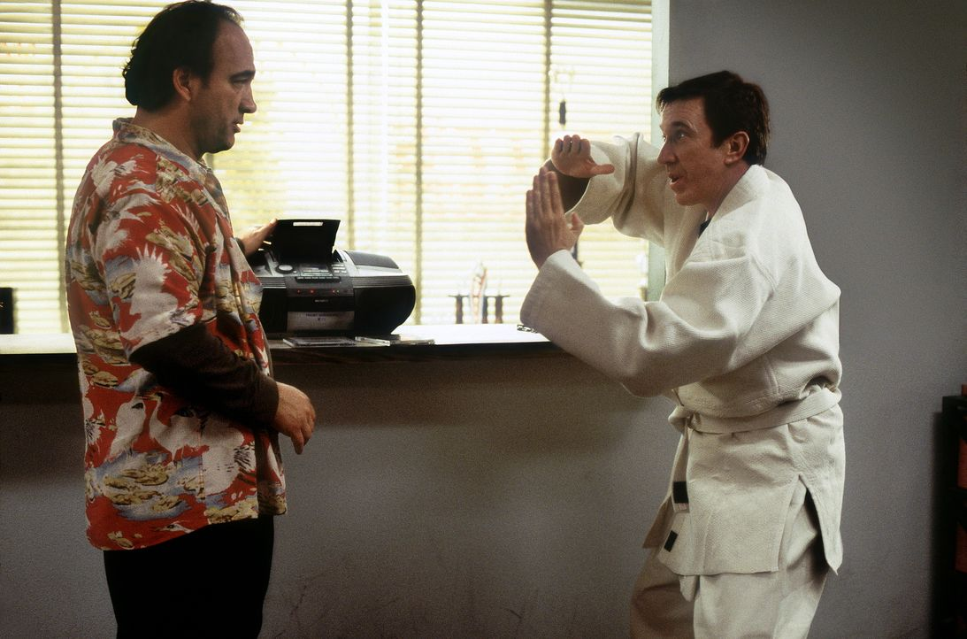 """Joe (Tim Allen, r.) ändert sein Leben von Grund auf und nimmt bei Chuck Scarett (James Belushi, l.), einem abgehalfterten """"B-Movie""""-Actionhelden, Ka... - Bildquelle: 20th Century Fox"""