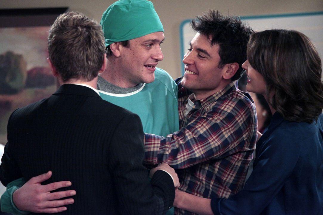 Marshall (Jason Segel, 2.v.l.) hat es rechtzeitig zur Geburt seines Kindes geschafft. Stolz berichtet er seinen Freunden Ted (Josh Radnor, 2.v.r.),... - Bildquelle: 20th Century Fox International Television