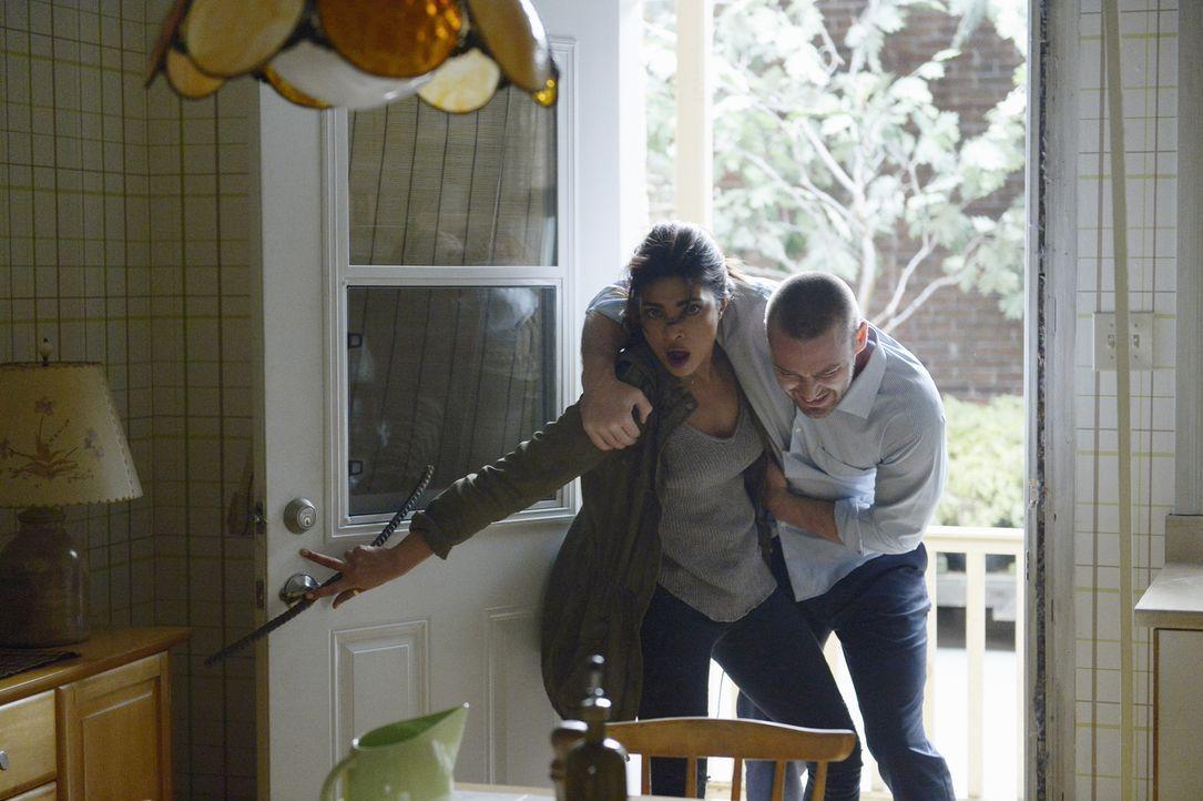 Nachdem Natalie Alex (Priyanka Chopra, r.) und Ryan (Jake McLaughlin, l.) laufen lassen hat - muss Alex Ryans Schusswunde verarzten. Doch leichter g... - Bildquelle: Philippe Bosse 2015 ABC Studios