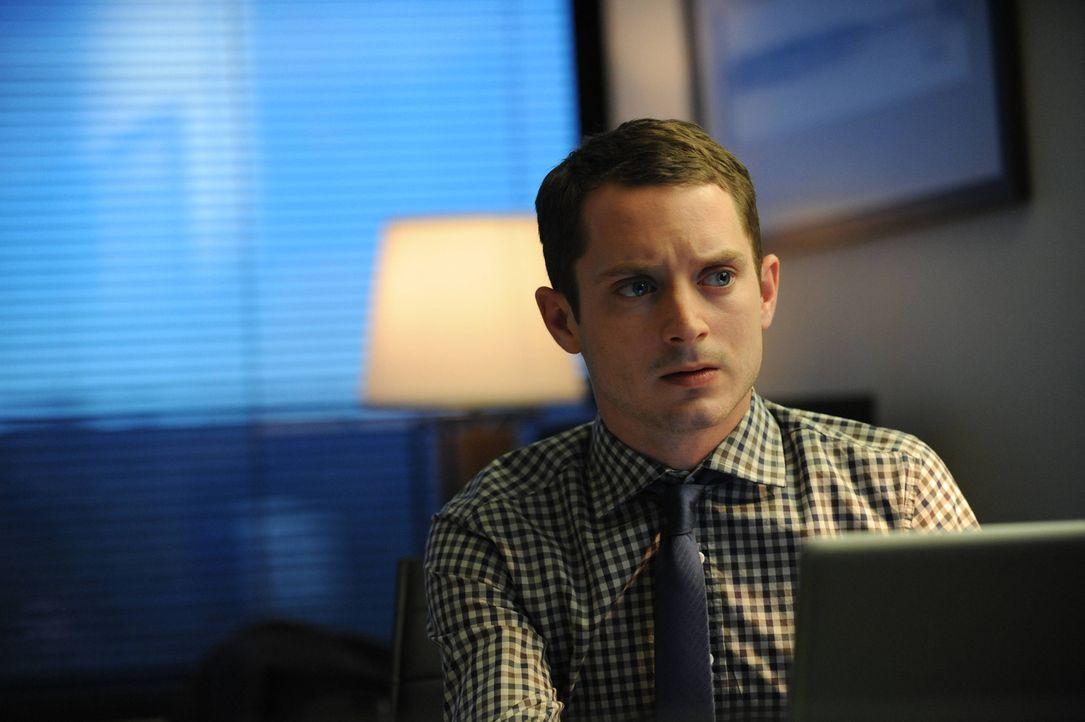 Sollte Ryan (Elijah Wood) seinem Vater nicht schnellstens beweisen können, dass er nicht verrückt ist, ist er seinen neuen Job los ... - Bildquelle: 2014 Fox and its related entities.  All rights reserved.