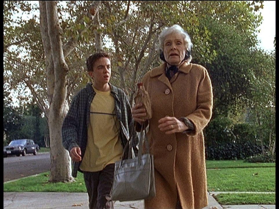 Malcolm (Frankie Muniz, l.) versucht, sich während eines Spaziergangs mit seiner Großmutter Ida (Cloris Leachman, r.) auszusprechen - Bildquelle: TM +   2000 Twentieth Century Fox Film Corporation. All Rights Reserved.