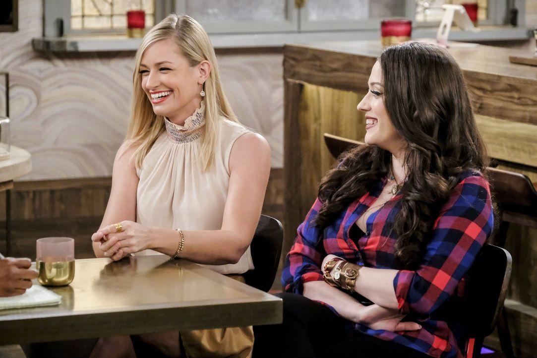 Bevor es auf den roten Teppich geht, denken Caroline (Beth Behrs, l.) und Max (Kat Dennings, r.) über ihre Zukunft und ihr aktuelles Liebesleben nac... - Bildquelle: Warner Bros. Television