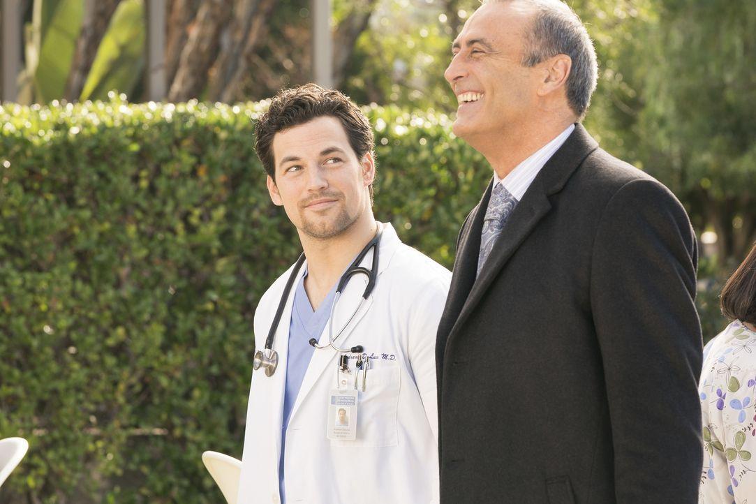 Dr. Andrew DeLuca (Giacomo Gianniotti, l.); Dr. Vincenzo DeLuca (Lorenzo Caccialanza, r.) - Bildquelle: Eric McCandless ABC Studios