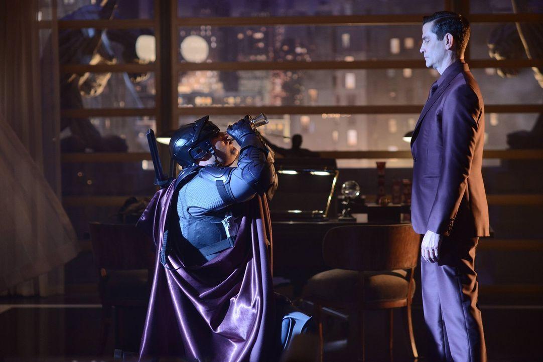 Zaardon (David Fierro, l.) gehorcht seinem Gebieter Theo Galavan (James Frain, r.), der auf seine eigene Weise versucht, die Unterwelt von Gotham zu... - Bildquelle: Warner Brothers