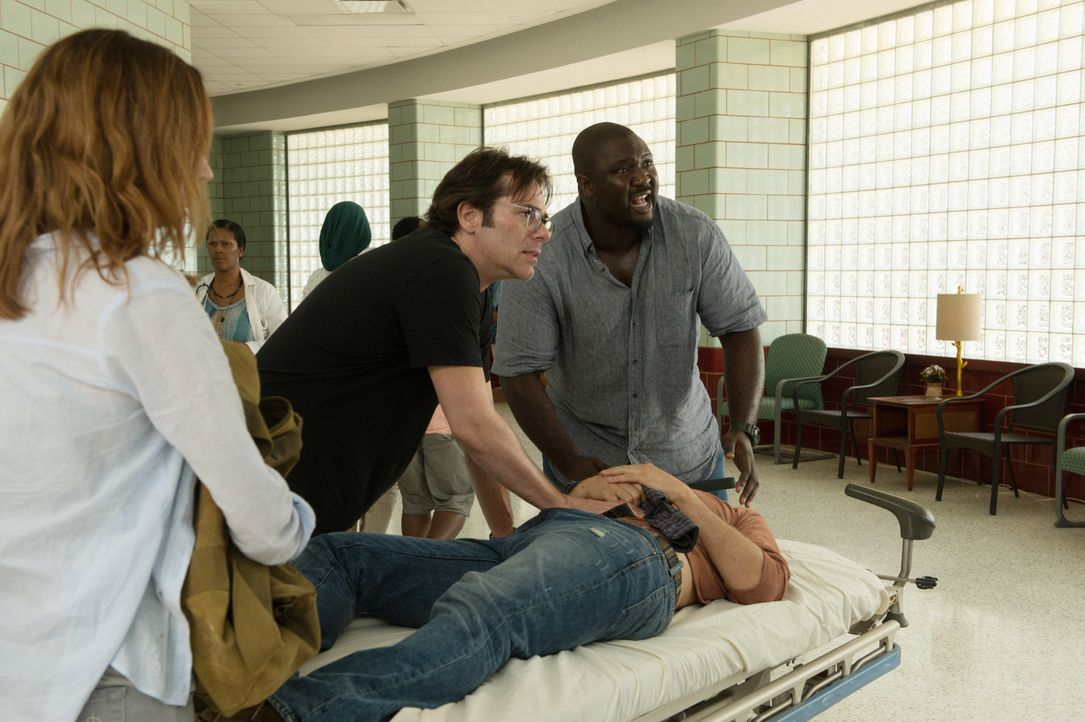 In einem völlig von wilden Tieren heimgesuchten Krankenhaus müssen MItch (Billy Burke, M.), Abraham (Nonso Anozie, r.) und Jamie (Kristen Connolly,... - Bildquelle: Cook Allender 2015 CBS Broadcasting Inc. All Rights Reserved.