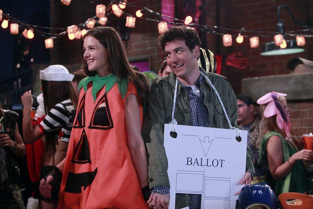 Während Lily unter Gedächtnisschwund leidet, lernt Ted (Josh Radnor, r.) endlich die Frau (Katie Holmes, l.) kennen, die sich vor Jahren auf einer... - Bildquelle: 20th Century Fox International Television