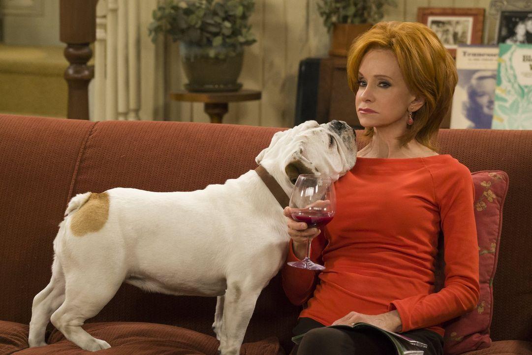 Joyce (Swoosie Kurtz) kann sich zunächst nicht für den Hund erwärmen, dessen Beaufsichtigung Mike für kurze Zeit übernehmen will. Doch während sie i... - Bildquelle: Warner Brothers