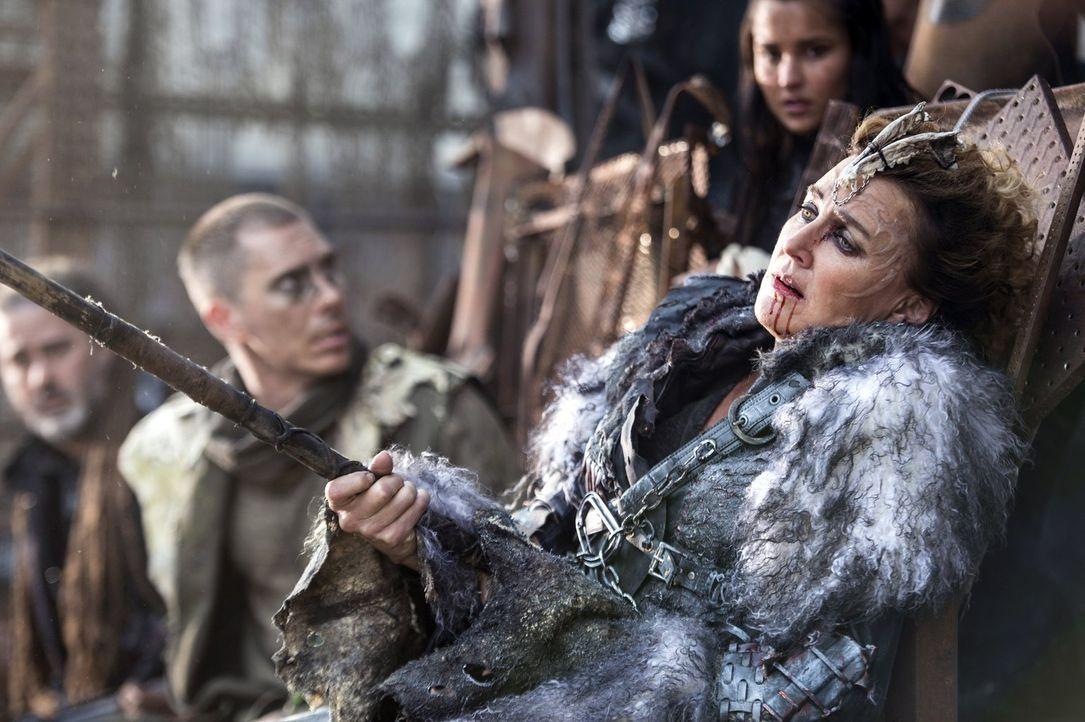 Wird Königin Nia (Brenda Strong) Opfer ihres eigenen perfiden Plans? - Bildquelle: 2014 Warner Brothers