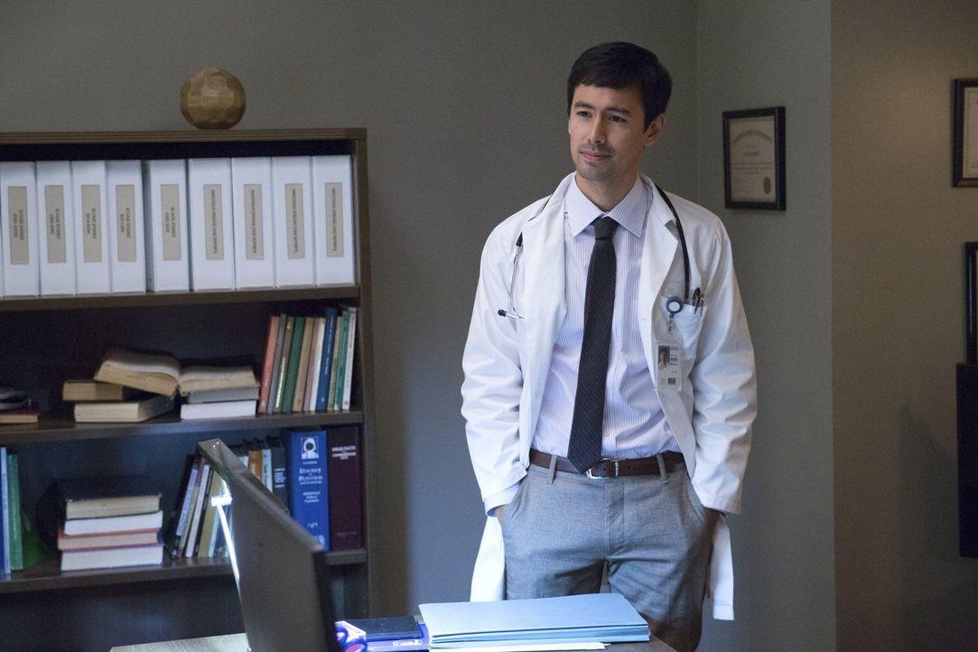 Hat Dr. Cannerts (George Young) etwas zu verbergen? - Bildquelle: Warner Brothers