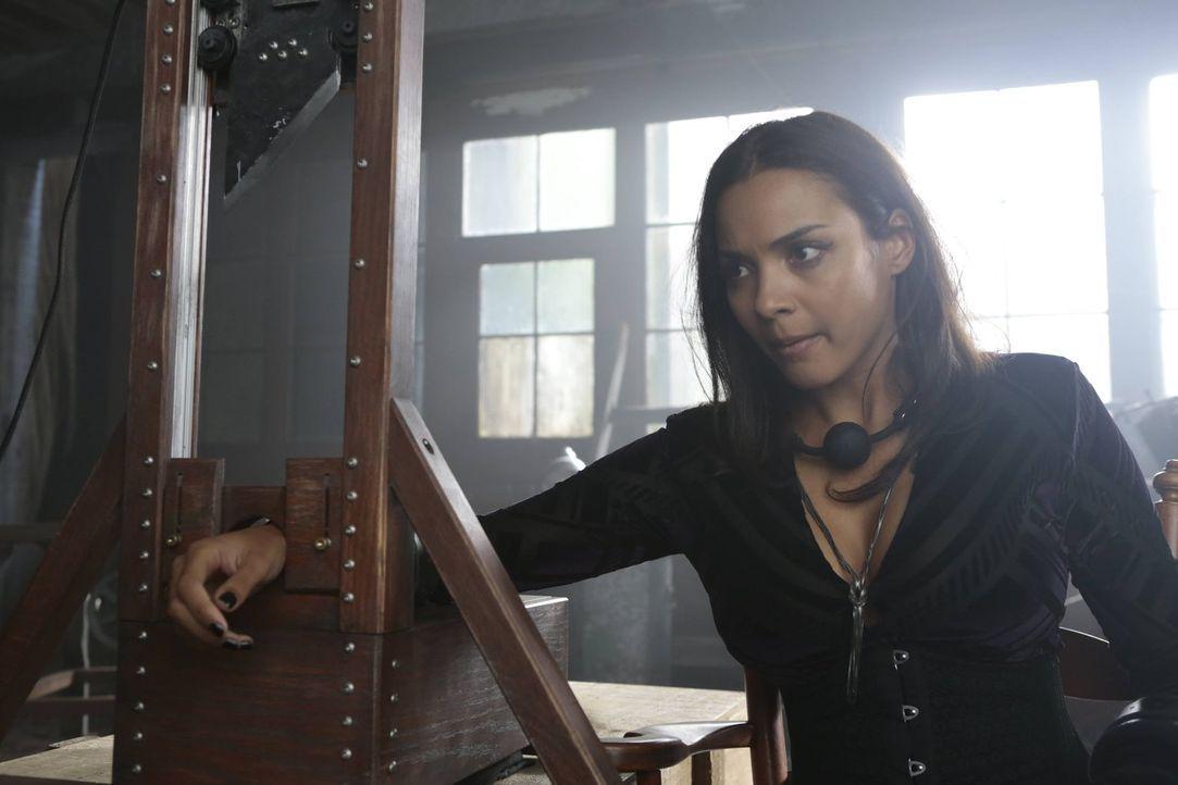 Muss die Rache von Edward Nygma spüren: Tabitha (Jessica Lucas) ... - Bildquelle: Warner Brothers
