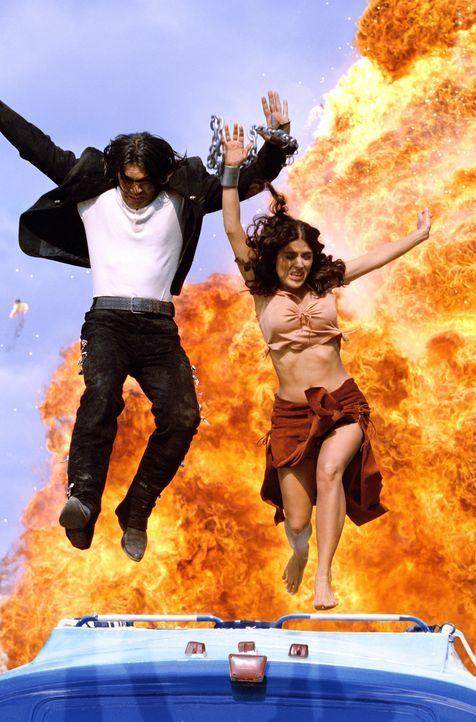 Auf der Flucht: El Mariachi (Antonio Banderas, l.) und seine Geliebte (Salma Hayek, r. ) ... - Bildquelle: Columbia Pictures Corporation