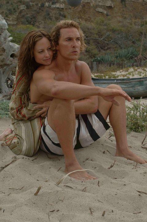 Kaum heimgekehrt, verliebt sich Surfer Steve Addington (Matthew McConaughey, r.) in die hübsche Danni (Alexie Gilmore, l.) ... - Bildquelle: Licensed by The Weinstein Company