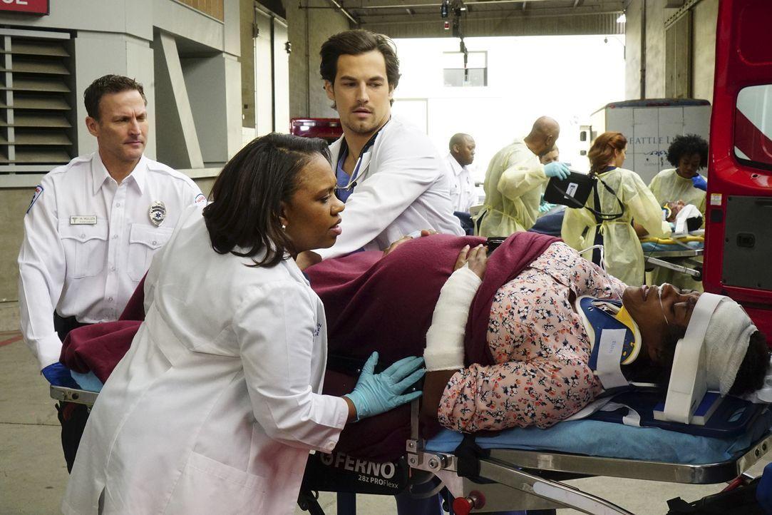 Andrew (Giacomo Gianniotti, 2.v.r.) und Bailey (Chandra Wilson, 2.v.l.) kümmern sich um Gretchen McKay (Linara Washington, r.), die nach einem Auffa... - Bildquelle: Richard Cartwright ABC Studios