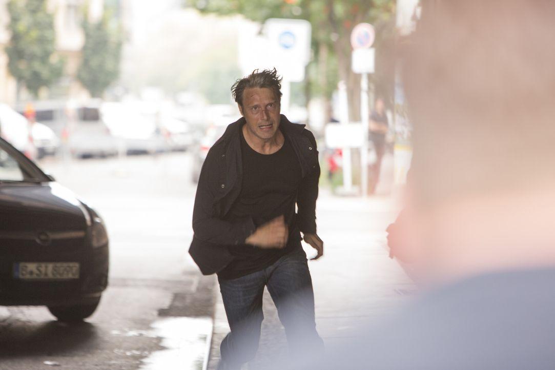 Mads Mikkelsen reist in der Rolle eines Geheimagenten durch acht Länder und muss einen mysteriösen Koffer zu einem ihm unbekannten Bestimmungsort... - Bildquelle: Telekom