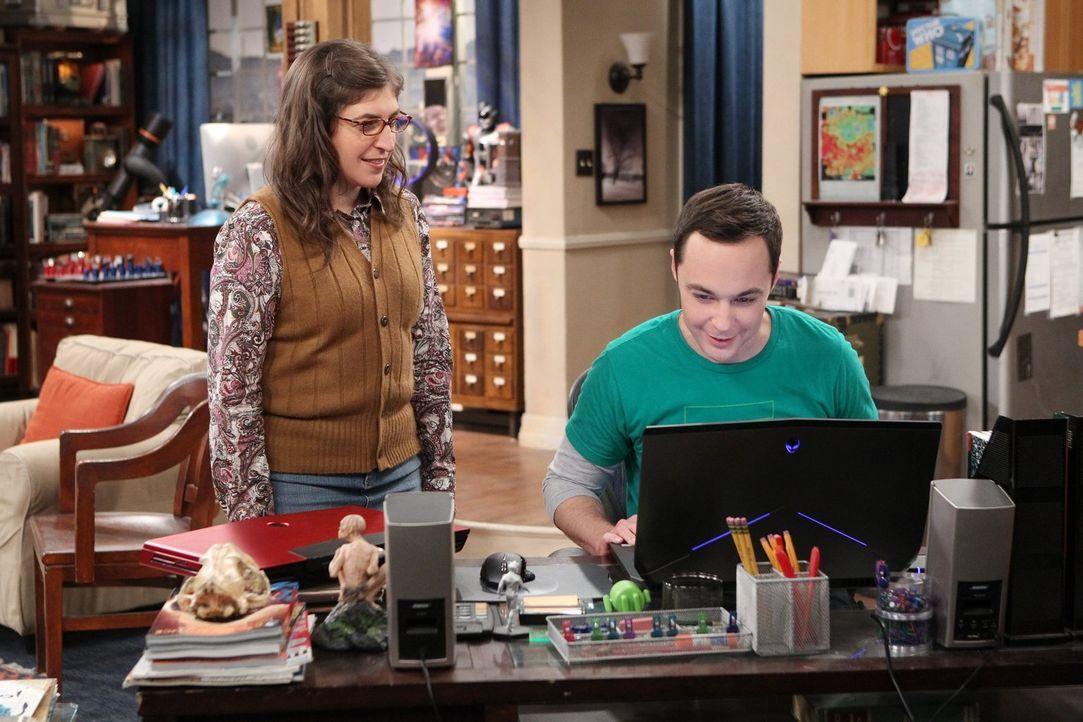 Als Sheldons (Jim Parsons, r.) Laptop endgültig den Geist aufgibt, kauft Amy (Mayim Bialik, l.) ihm einen neuen. Doch er ist zunächst wenig begeiste... - Bildquelle: 2016 Warner Brothers