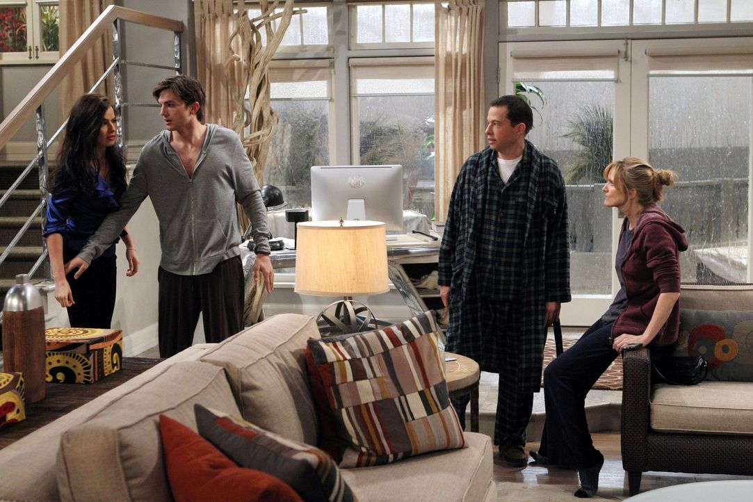 Ein ganz besonderer Valentinstag: Walden (Ashton Kutcher, 2.v.l.), Alan (Jon Cryer, 2.v.r.), Zoey (Sophie Winkleman, l.) und Lyndsey (Courtney Thorn... - Bildquelle: Warner Brothers Entertainment Inc.