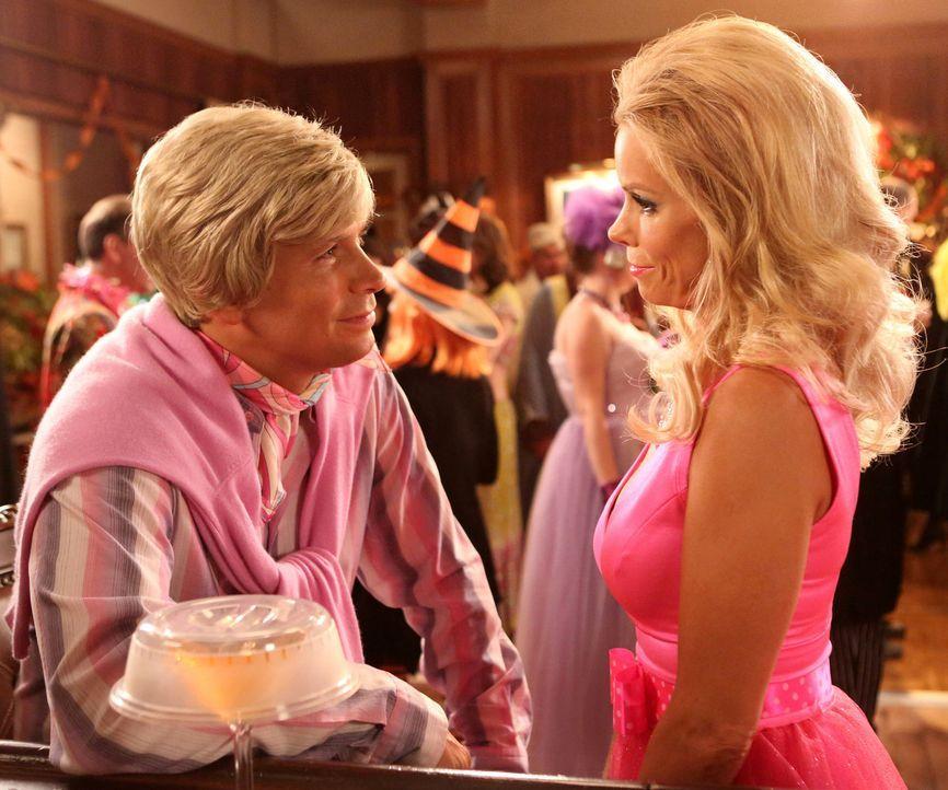 Während Dallas (Cheryl Hines, r.) gehofft hat, dass George (Jeremy Sisto, l.) mit ihr als Barbie und Ken auf den Halloweenball geht, hat Tessa ein g... - Bildquelle: Warner Brothers