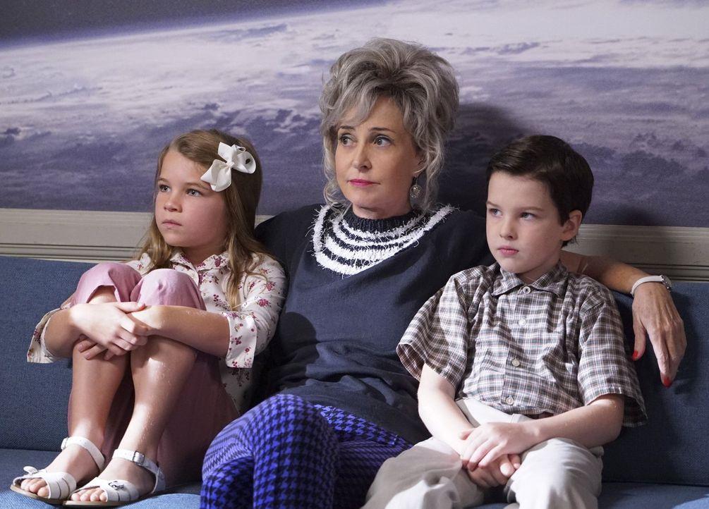 Statten der NASA einen Besuch ab: Missy (Raegan Revord, l.), Meemaw (Annie Potts, M.) und Sheldon (Iain Armitage, r.) ... - Bildquelle: Warner Bros.