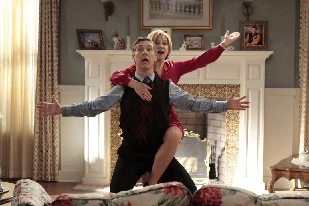 Sheilas Mutter, Gam Gam (Mary Kay Place, r.), stattet den Shays einen Besuch ab und verursacht dadurch Spannungen zwischen Fred (Chris Parnell, l.)... - Bildquelle: Warner Brothers