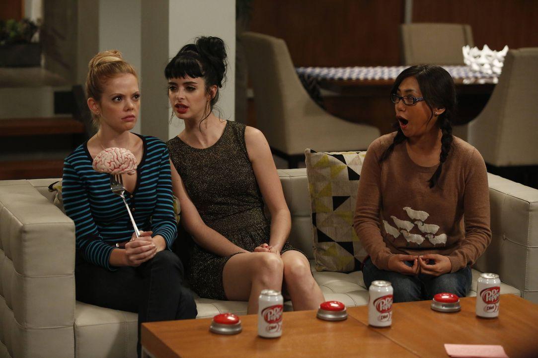 Robin (Liza Lapira, r.) ist begeistert: Sie ist dabei, wenn June (Dreama Walker, l.) und Chloe (Krysten Ritter, M.) sich als Konkurrentinnen durch a... - Bildquelle: 2012 American Broadcasting Companies. All rights reserved.