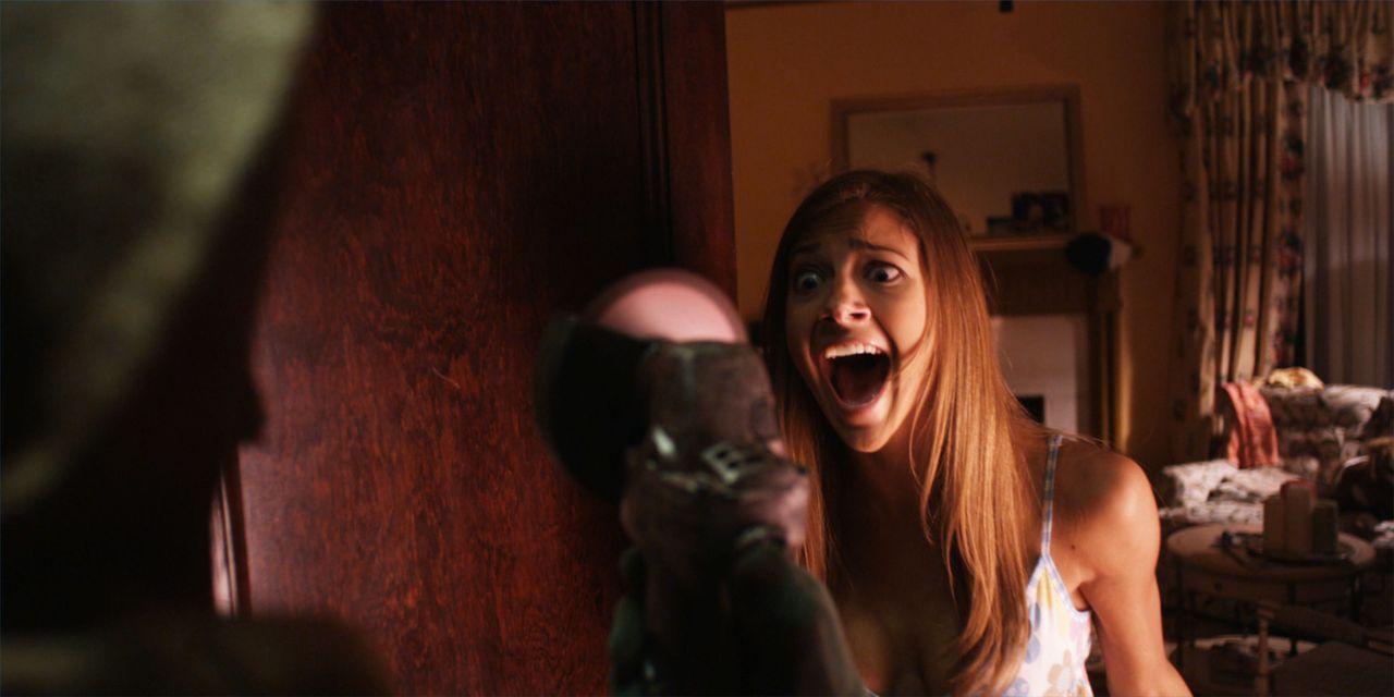 Um keinen Unschuldigen hinzurichten, muss Zeitreisender Sam den Mord an Rebecca (Mia Serafino) verhindern. Doch jeder Eingriff in die Vergangenheit... - Bildquelle: Flashback Films, LLC