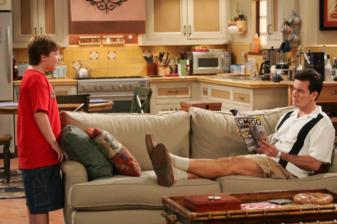 Gespräche unter wahren Männern: Jake (Angus T. Jones, l.) und sein Onkel Charlie (Charlie Sheen, r.) ... - Bildquelle: Warner Brothers Entertainment Inc.
