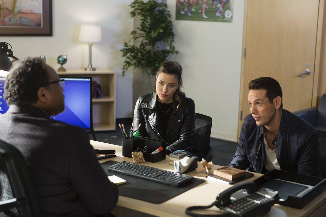 Der Schulleiter (Geoffrey Owens, l.) der besonderen Starford Academy offenbart Chloe (Lauren German, M.) und Dan (Kevin Alejandro, r.) ein Geheimnis... - Bildquelle: 2016 Warner Brothers