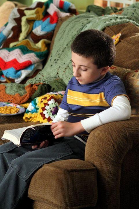 Brick (Atticus Shaffer) lässt sich von seinem Vater breitschlagen, das Laub im Garten aufzusammeln. Doch der Junge hat eigene Pläne, was er mit den... - Bildquelle: Warner Brothers