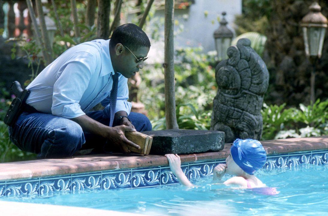 Nachdem er sich mit dem Gedanken angefreundet hat, ab sofort der neue Bodyguard und Vertraute der kleinen Pita Ramos (Dakota Fanning, r.) zu sein, i... - Bildquelle: 2004 Epsilon Motion Pictures