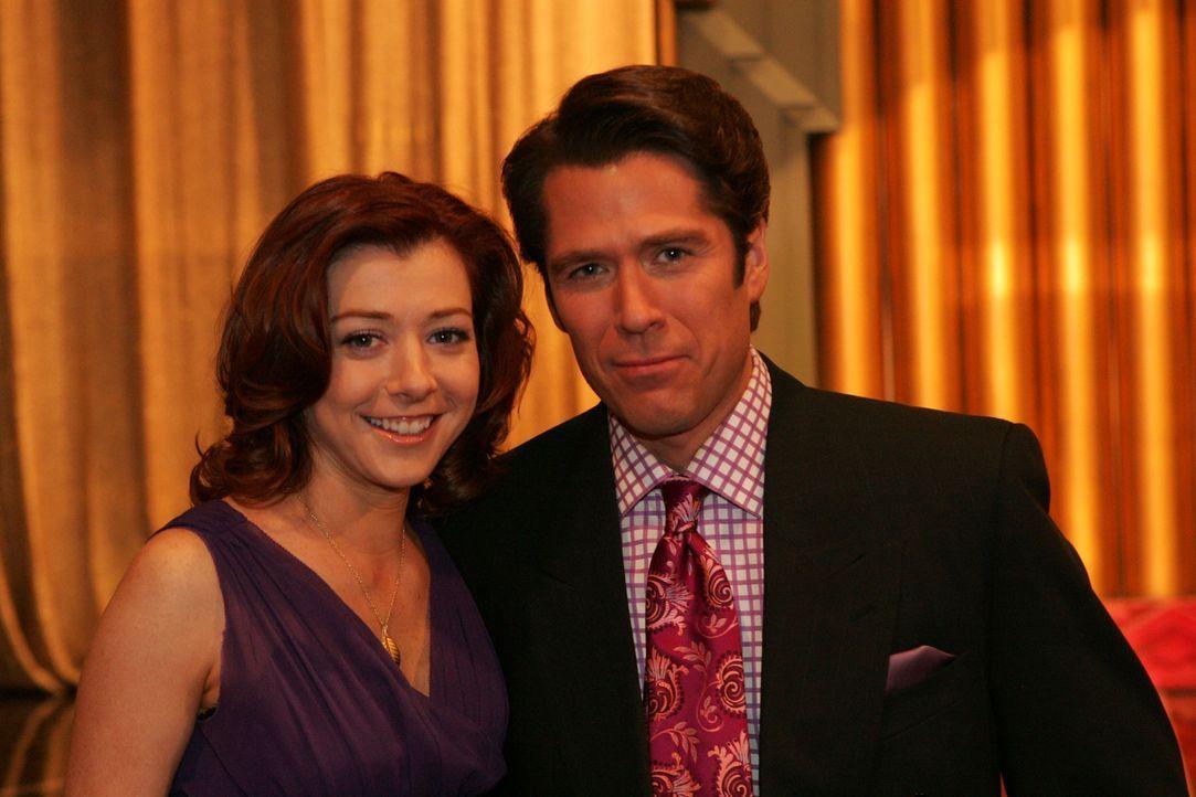 Lily (Alyson Hannigan, l.) und Sandy (Alexis Denisof, r.) sind stolz auf Robin, weil sie eine Auszeichnung für eine herausragende journalistische A... - Bildquelle: 20th Century Fox International Television