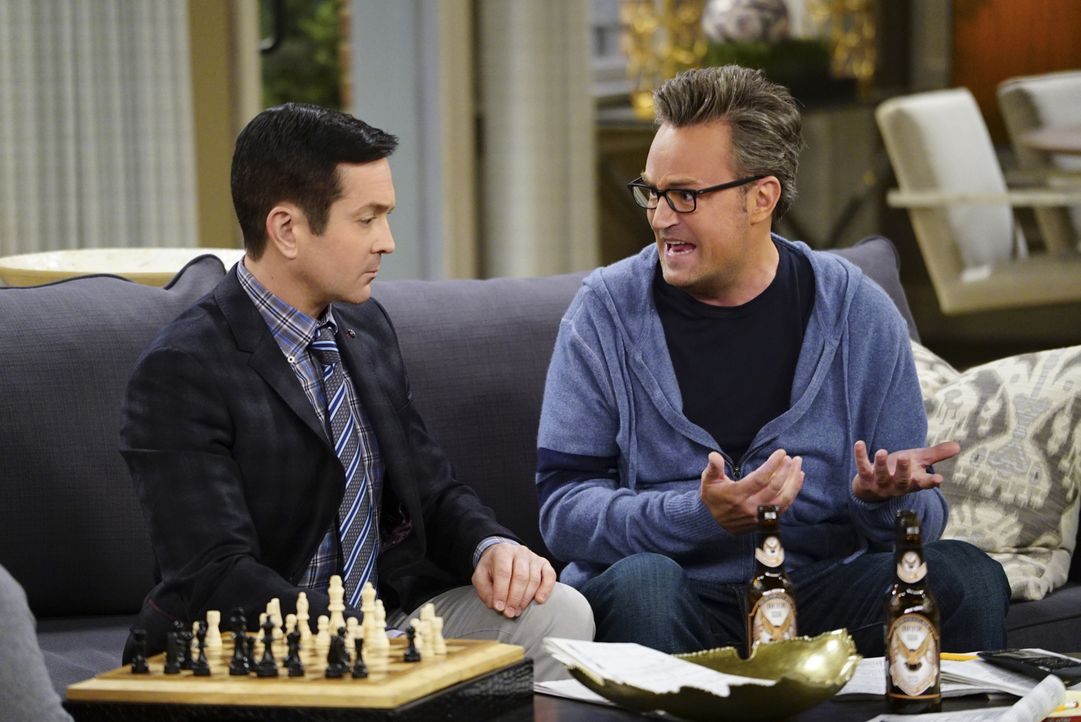 Als Oscar (Matthew Perry, r.) herausfindet, dass Felix (Thomas Lennon, l.) als Kind ein ausgezeichneter Schachspieler war, versucht er ihn zu überze... - Bildquelle: Sonja Flemming 2015 CBS Broadcasting, Inc. All Rights Reserved