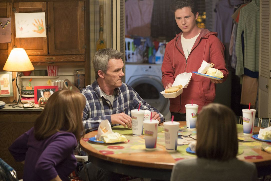 (v.l.n.r.) Frankie (Patricia Heaton); Mike (Neil Flynn); Axl (Charlie McDermott) - Bildquelle: Michael Ansell 2017 American Broadcasting Companies, Inc. All rights reserved./Michael Ansell