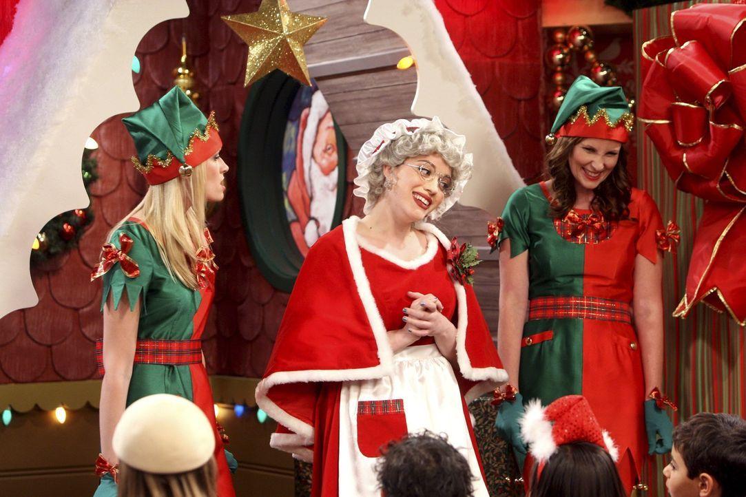 Obwohl sie sonst eigentlich kein Fan der besinnlichen Weihnachtsfeiertage ist, macht Max (Kat Dennings, M.) der Job als Kinder-beschenkende Frau des... - Bildquelle: Warner Brothers