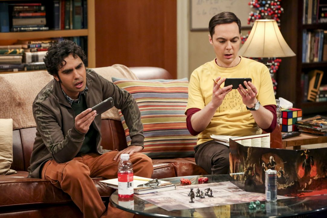 Rajesh Koothrappali (Kunal Nayyar, l.); Sheldon Cooper (Jim Parsons, r.) - Bildquelle: Michael Yarish 2019 CBS Broadcasting, Inc. All Rights Reserved / Michael Yarish