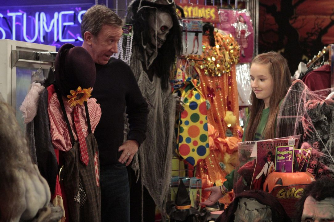 Mikes (Tim Allen, l.) Tochter Eve (Kaitlyn Dever, r.) findet, dass sie zu alt ist, um mit ihrem Vater an Halloween auf die Jagd nach Süßigkeiten zu... - Bildquelle: 2011 Twentieth Century Fox Film Corporation