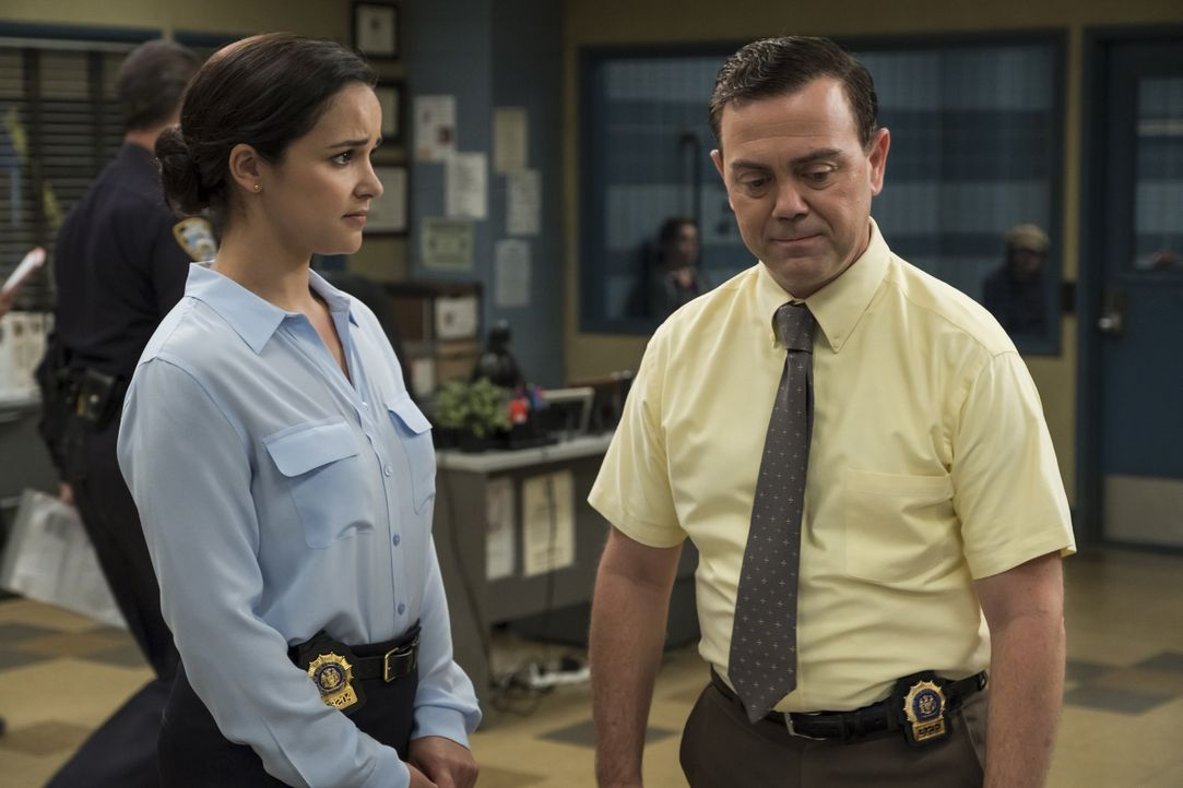 Amy Santiago (Melissa Fumero, l.); Charles Boyle (Joe Lo Truglio, r.) - Bildquelle: John P. Fleenor 2018 UNIVERSAL TELEVISION LLC. All rights reserved. / John P. Fleenor