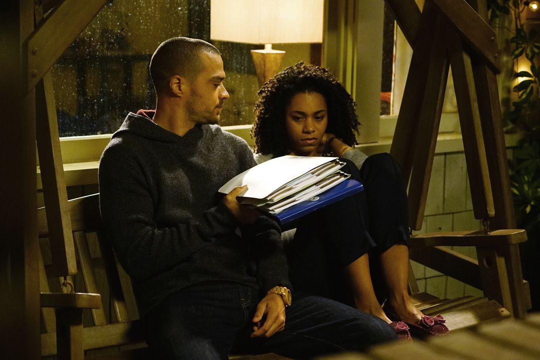 Nachdem Maggie (Kelly McCreary r.) Jackson (Jesse Williams, l.) den Vorwurf gemacht hat, er hätte ihre Mutter nicht gerettet, möchte er ihr die Pati... - Bildquelle: Richard Cartwright 2017 American Broadcasting Companies, Inc. All rights reserved.