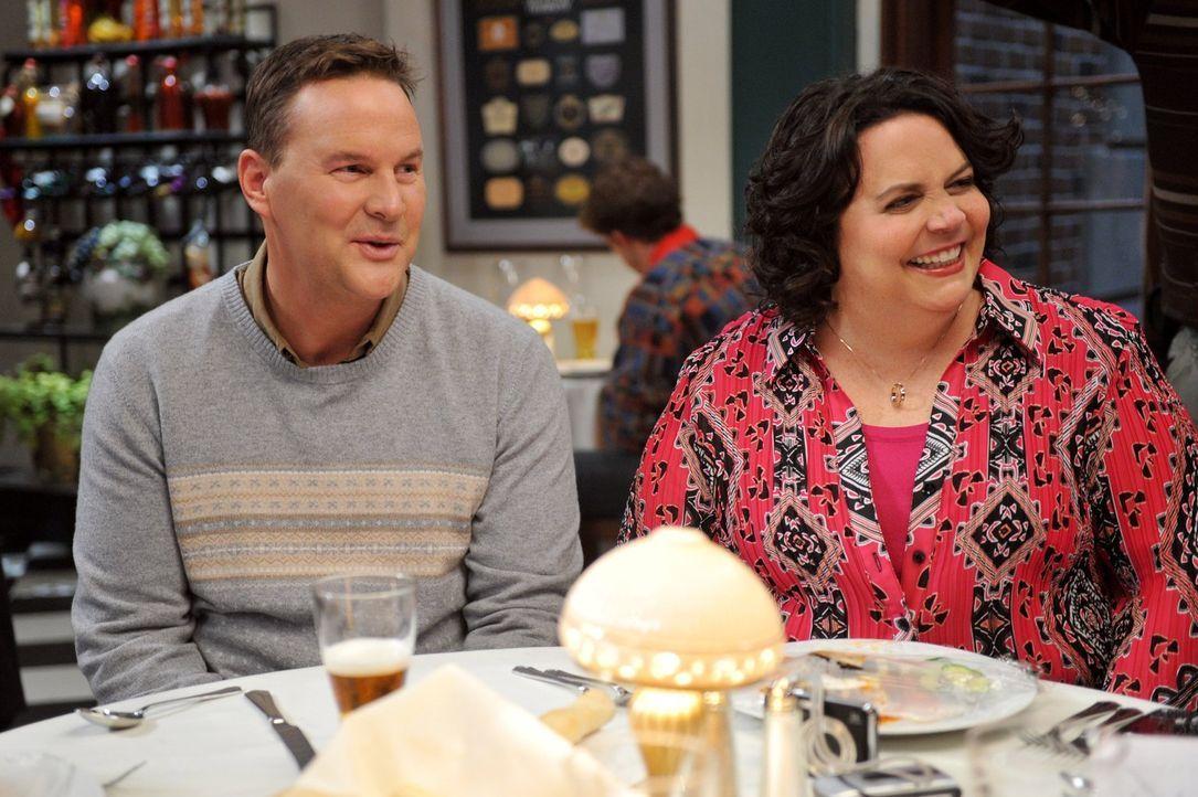 Frankie und Mike genießen am Valentinstag die Gesellschaft von Ron (Sean O'Bryan, l.) und Nancy (Jen Ray, r.) Donahue. Doch als Mike Frankie keine R... - Bildquelle: Warner Brothers