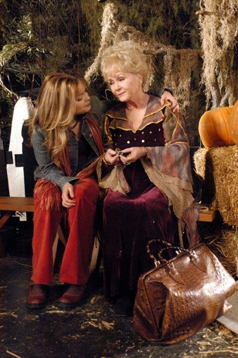 Glücklicherweise steht Aggie (Debbie Reynolds, r.) ihrer Enkelin Marnie (Kimberly Brown, l.) im Kampf gegen den eiskalten Ritter bei ... - Bildquelle: The Disney Channel