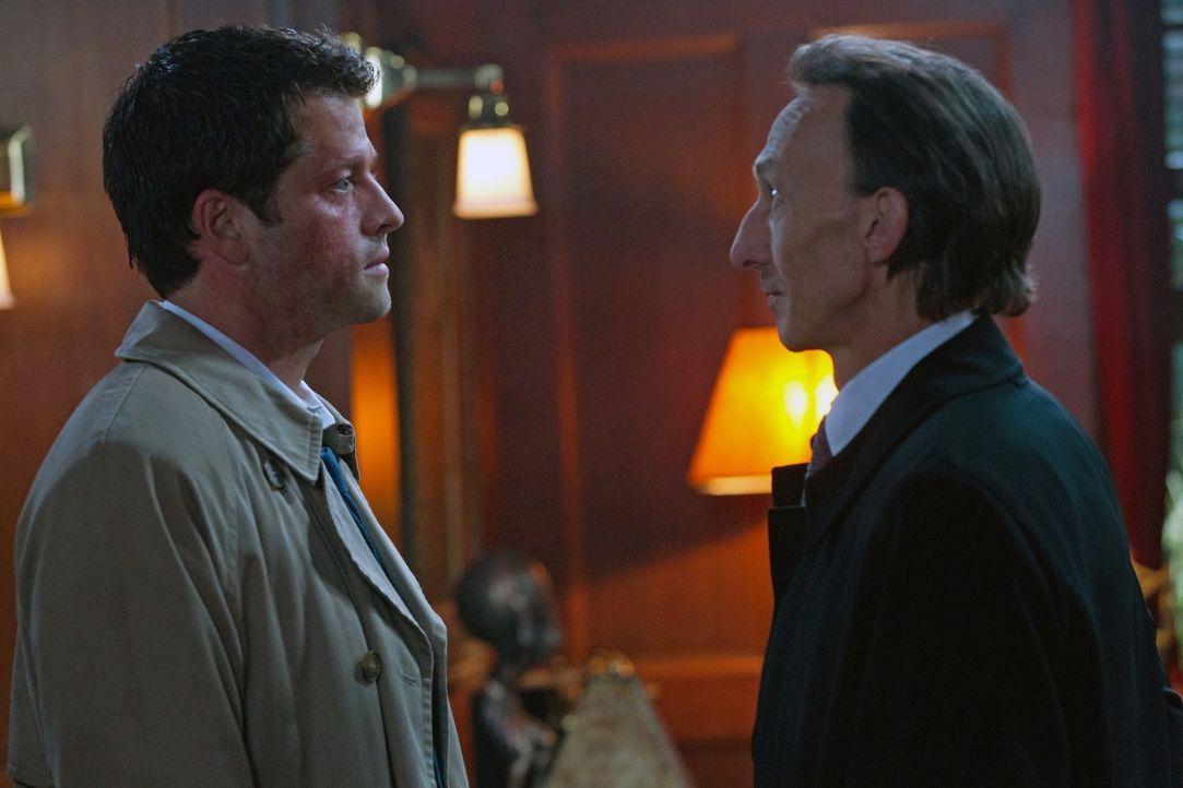 Unter der Annahme seiner neuen Rolle als Gott korrigiert Castiel (Misha Collins, l.) einige der Ungerechtigkeiten in der Welt. Dean entscheidet sich... - Bildquelle: Warner Bros. Television