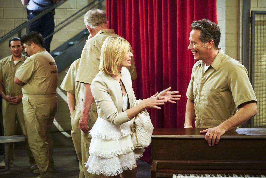 Caroline (Beth Behrs, l.) ist vom Erfolg ihres Vaters Martin (Steven Weber, r.) in der Musicalaufführung des Gefängnisses überwältigt. Ebenso euphor... - Bildquelle: 2016 Warner Brothers