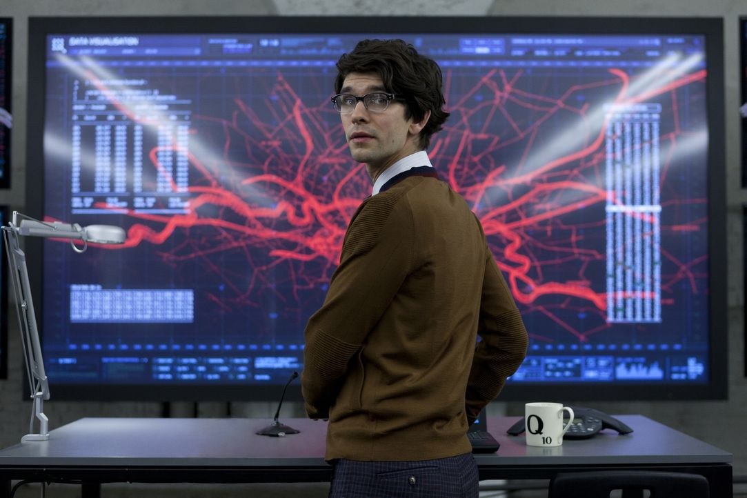 Als Q (Ben Whishaw) den Laptop von Silva untersucht, kommt er darauf, dass dieser mithilfe eines speziellen Programms Zugang zum Sicherheitssystem d... - Bildquelle: Skyfall   2012 Danjaq, LLC, United Artists Corporation and Columbia Pictures Industries, Inc. All rights reserved.