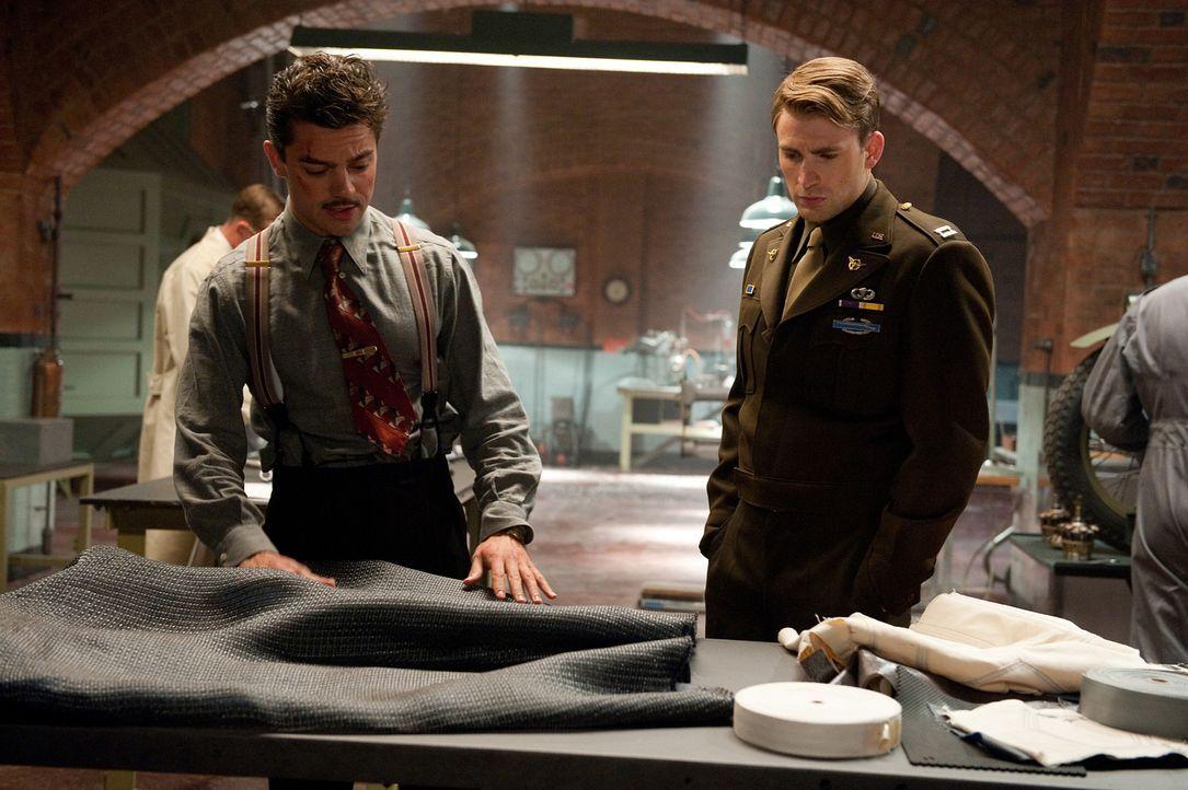 Lässt sich von dem kongenialen Erfinder Howard Stark (Dominic Cooper, l.) mit einem noch wirkungsvolleren Schutzschild ausstatten, um in einem letz... - Bildquelle: TM &   2011 Marvel Entertainment, LLC & subs. All Rights Reserved.