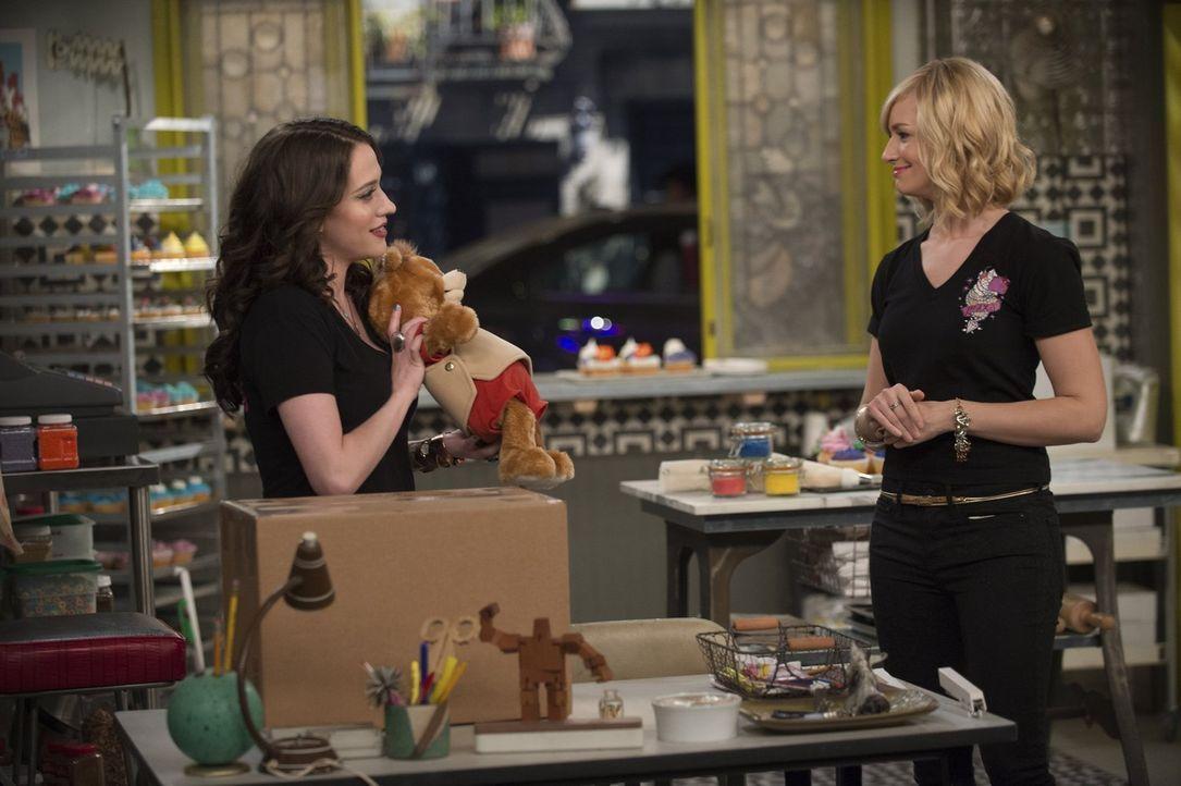 Während Caroline (Beth Behrs, r.) nach einem Ausweg aus ihrer Misere sucht, überlegt Max (Kat Dennings, l.), was sie mit einem Geschenk von ihrer Mu... - Bildquelle: Warner Bros. Television
