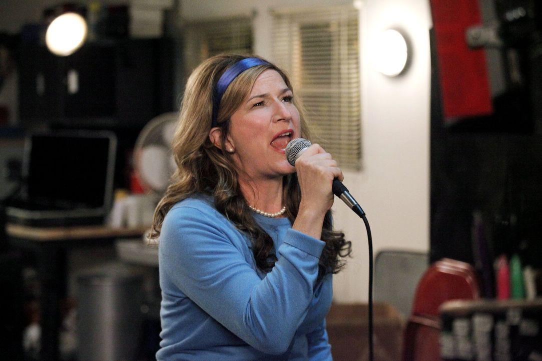 Sheila (Ana Gasteyer, vorne r.) überrascht alle mit ihrer spontanen Gesangseinlage. Wer hätte gedacht, dass so viel Power in der Hausfrau steckt? Ka... - Bildquelle: Warner Brothers